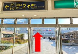 阪急川西能勢口駅2番出口と直進矢印