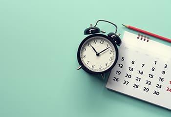 カレンダーと目覚まし時計