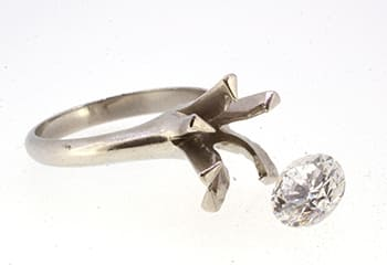 指輪と外れたダイヤモンド