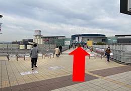JR伊丹駅~イオンモールの連絡デッキと直進の矢印