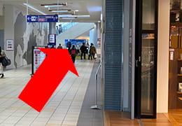 イオンモール伊丹2階通路と道なりに直進を指す矢印