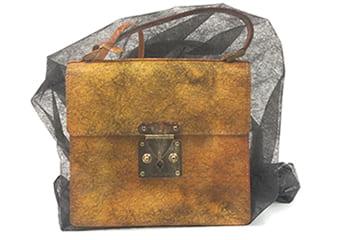 不織布に入ったルイヴィトンヴェルニのショルダーバッグ