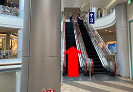 イオンモール伊丹2階と3階間のエスカレーターと上がる方向を指す矢印