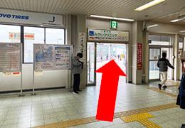 JR伊丹駅のイオンモール方面出口とそこを出る方向を指す矢印
