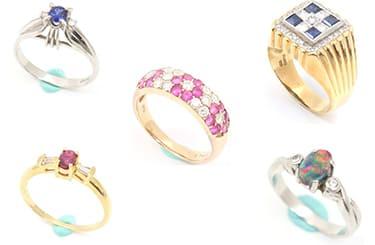 小さい宝石がついたリング