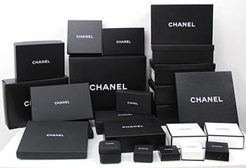 大量のシャネルの箱